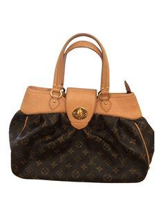Es handelt sich um die nicht mehr im Verkauf erhältliche Louis Vuitton Boetie PM! Die Tasche ist sehr gut erhalten, sie hat keineelwi Krazer, das Innenfutter hat keinerlei Gebrauchsspuren, lediglich das Leder hat die typische nachgedunkelte Farbe. Diese aber auch nur sehr gering und kaum erkennbar.  Sie wurde sehr selten getragen und lag eigentlich sehr lange verstaut im Kasten.  Die Maße dieser Boetie sind: 33 L x 10 B x 23,5 H cm Bei Fragen zum Artikel einfach melden. - gesehen bei ...