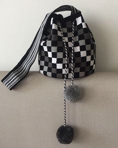 Crochet Patterns Bag Black & white wayuu with pompom. Crochet Shell Stitch, Bead Crochet, Diy Crochet, Crochet Stitches, Bobble Stitch, Crotchet Bags, Knitted Bags, Tapestry Bag, Tapestry Crochet