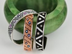 Bangle in gun metall – silver – peyote with delica beads Foot Bracelet, Bead Loom Bracelets, Peyote Beading, Beaded Bracelet Patterns, Bracelets For Men, Beaded Jewelry, Custom Jewelry, Loom Bracelets, Bracelets