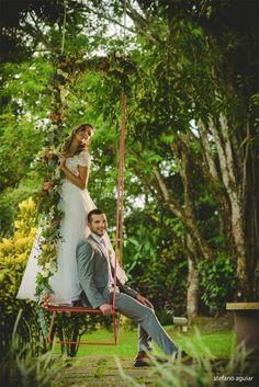 casamento ao ar livre, noivos no balanço