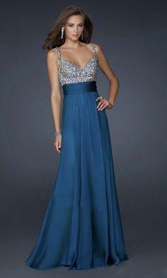 Vestido con falda azul y parte de arriba con pedrería plateada