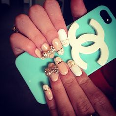 nail art Bella Thorne #nailart #chanel