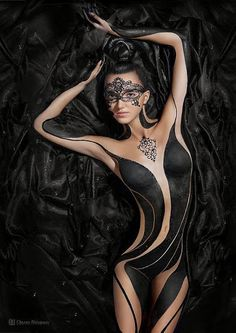 I know this isn't a Tatoo, but Body Art, but it is so beautiful I had to pin it in my collection. Foto Glamour, Fotografie Portraits, Foto Portrait, Foto Art, Woman Painting, Painting Art, Paintings, Black Is Beautiful, Beautiful Body