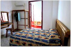 Detalle de una de las habitaciones. Bed, Furniture, Home Decor, Apartments, Flats, Shared Bathroom, Beds, Decoration Home, Stream Bed