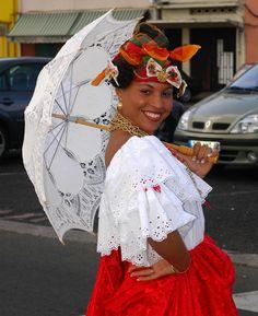 """Vous voyez là, la tenue traditionnelle que portaient les femmes en Martinique. Celle ci, est une """"matadore"""", qui devait être très provocante avec les hommes."""