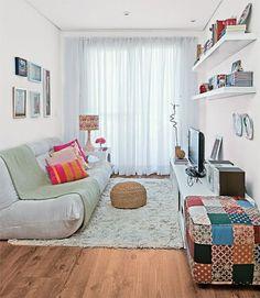 Sala pequena simples com sofá no chão e prateleiras - projectos de salas pequenas