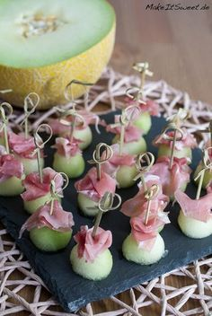 Honigmelone-Schinken-Fingerfood Rezept Recipe for a quick and easy finger food with honeydew melon and ham. Nibbles for party, buffet or to eat on the side. Party Finger Foods, Snacks Für Party, Appetizers For Party, Toothpick Appetizers, Brunch Recipes, Appetizer Recipes, Fingerfood Recipes, Party Buffet, Few Ingredients