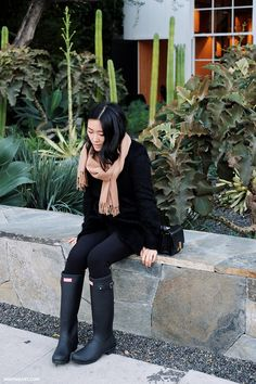 black sweater with leggings, hunter boots, camel scarf. Black Boots Outfit, Hunter Boots Outfit, Black Hunter Boots, Fall Winter Outfits, Autumn Winter Fashion, Fashion Spring, Winter Style, Boots With Leg Warmers, Rain Boots Fashion