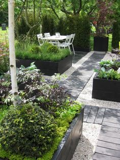 Urban Garden Design 7 Different Ways to Design a Simple Garden Walkway Gravel Garden, Garden Paths, Gravel Pathway, Pea Gravel Patio, Garden Edging, Raised Garden Beds, Raised Beds, Raised Planter, Planter Beds