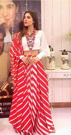 Kayseria Lawn and Dress Collection Saree Wearing Styles, Saree Styles, Stylish Blouse Design, Fancy Blouse Designs, Trendy Sarees, Stylish Sarees, Designer Party Wear Dresses, Indian Designer Outfits, Kerala Saree Blouse Designs