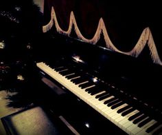 Pictures of guitars and pianos 27