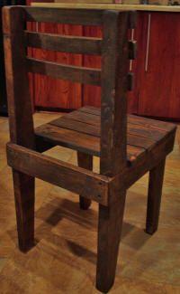 Achterkant van deze stoel die gemaakt is van pallethout en sloophout.