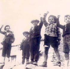 Niños saludando con el puño en alto en la zona republicana