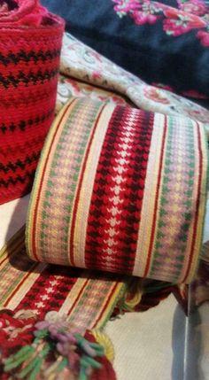 Eldre Brikkevevd belte beltestakk. Opprinnelige farger kan ses i enden. Folklore, Scandinavian, Blanket, Crochet, Crochet Hooks, Blankets, Shag Rug, Crocheting, Comforters
