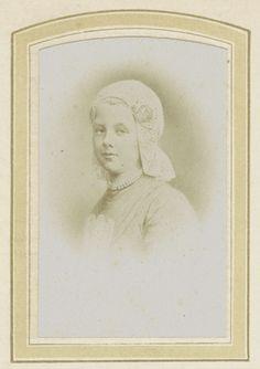 Anonymous | Fotoreproductie van een prent van koningin Wilhelmina met kanten muts en een halsketting, Anonymous, 1875 - 1880 | Onderdeel van Fotoalbum van een Nederlandse familie met 168 cartes-de-visite en kabinetfoto's.