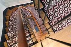 Hartley & Tissier Flatweave Jacquard Hex looking amazing on this beautiful winding staircase finished off with a black linen border.