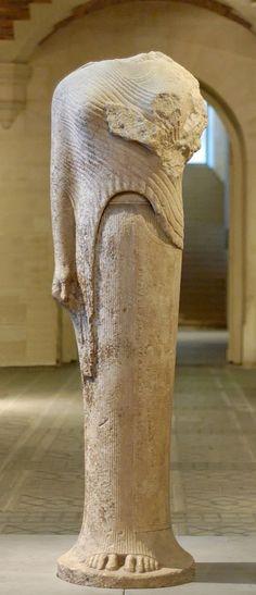 Hera di Samo; VII-VI sec. a.C.; marmo. Parigi, Museo del Louvre; dal tempio di Hera nell'isola di Samo. Fanciulla che indossa un 'himàtion' (mantello di lana) sopra il 'chitóne'.