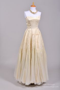 LOVE the style of the dress but not the color. I would much rather the whe dress be made of scaring or silk.
