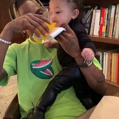 Kylie Jenner celebrated daughter Stormi's birthday on Friday. But the celebration didn't go as planned, as the Keeping Up With the Kardashian star originally planned for a large bash. Kylie Jenner Baby, Mode Kylie Jenner, Looks Kylie Jenner, Kylie Jenner Instagram, Travis Scott Kylie Jenner, Estilo Jenner, Jenner Family, Cute Baby Videos, Kardashian Jenner