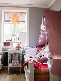 Sängen och sängbordet i Livs rum är original från huset. Sänghimlen är Lindas egen konstruktion, med hjälp av ljusslinga från Ikea.   Leva & Bo