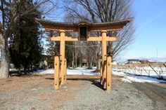 長野県小布施町の欅原神社です。-Kunugihara Jinja (Obuse Town,Nagano)- もともとは諏訪社として祀られていたものが、明治になってから現在の名称に変わったそうです。鳥居から参道が長く真っ直ぐに伸びているので、「長宮さん」と呼ばれることもあるとか。 江戸時代中期に亀原和太四郎さんが本殿を手掛けました。