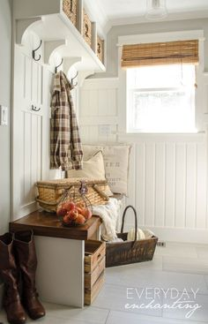 40 Beauty Farmhouse Mudroom Decor and Design Ideas - InsideDecor Fresh Farmhouse, Modern Farmhouse, Farmhouse Style, New England Farmhouse, Foyer Decorating, Fall Decorating, Autumn Home, Beach Cottages, Home Fashion