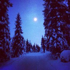 Eftermiddagstur med familjen på längdskidor. Med månen som enda lampa.