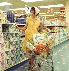 🌟Tante S!fr@ loves this📌🌟Untitled Selwyn Pullan photo of a shopper buying Zee toilet paper, From the book Selwyn Pullan, Photographing West Coast Modernism (Douglas & McIntyre/West Vancouver Museum). Vintage Ads, Vintage Images, Vintage Shops, Vintage Housewife, Up Book, Domestic Goddess, Up Girl, Vintage Photography, Fashion Photography