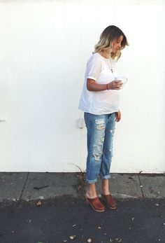 Clogs, ripped jeans white T shirt Girly Outfits, Pretty Outfits, Stylish Outfits, Beautiful Outfits, Fashion Outfits, Fashion Clothes, Denim Fashion, Gothic Fashion, Clogs Outfit