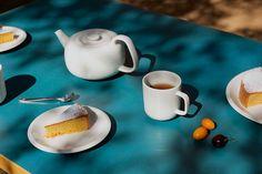 Iittala Raami teapot, mug and plates, designed by Jasper Morrison. Three Cups Of Tea, Chemex Coffee Maker, Modern Buffet, Perfect Cup Of Tea, Kitchenware, Tableware, Coffee Uses, Formal Dinner, Tea Strainer
