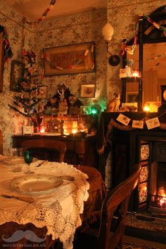 How to get the Victorian Christmas style - this photo shows my parlour decked wi. - How to get the Victorian Christmas style – this photo shows my parlour decked with antique decora - Victorian Christmas Decorations, Victorian Home Decor, Victorian Parlor, Victorian Bedroom, Victorian Fireplace, Victorian Interiors, Victorian Homes, Vintage Christmas, Cosy Christmas