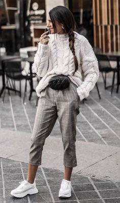 30 Amazing Outfits For Sweater Weather Days casual outfit inspiration_white sweater + waist bag + grey pants + sneakers Casual Winter, Cute Winter Outfits, Fall Outfits, Fresh Outfits, Winter Outfits 2019, Ladies Outfits, Black Outfits, Winter Dresses, Winter Style