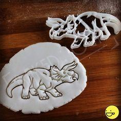 FORFAITAIRE de livraison quel que soit la quantité! Le taux forfaitaire s'applique par adresse.  ♥  Célébrez votre créature préférée du Jurassique avec cet emporte-pièce triceratops hyper réaliste. Mettant en vedette savamment rendu-travail de la ligne et une silhouette frappante, votre outil de découpe de dinosaure apporte le tricératops à la vie. Il en fait un complément idéal pour vos fêtes d'anniversaire sur le thème, les événements de musée ou week-end ordinaire routine de cuisson…