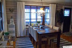 mökki,kattovalaisin,sivupöytä,ruokailuryhmä,oleskelutila,ruokailu,koriste-esineet,naulakko
