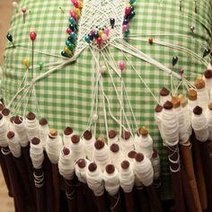 Son varias las manos involucradas en la creación y mantenimiento de una sola pollera. En los pueblos de Los Santos viven algunos de los artesanos que han confeccionado trajes ganadores de concursos o que han pertenecido a reinas de Carnaval.