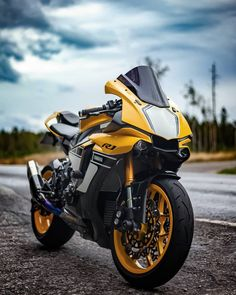 I really adore everything that these people designed on this unique Meine Güte! Ich verehre wirklich alles, was diese Leute an diesem Unikat entworfen haben R15 Yamaha, Yamaha Motorcycles, Yamaha Yzf R1, Custom Motorcycles, Gp Moto, Moto Bike, Motorcycle Bike, Motorcycle Quotes, R1 Bike