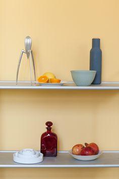 """Küchenstyling mit """"Easy Virtue"""". Ein weiches, fröhliches sonnengelb, was eigentlich in jeden Raum passt!   Wandfarbe sonnengelb Kreidefarbe"""