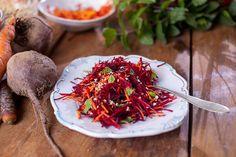 Salátek ze syrové řepy a mrkve Beetroot, Kitchen Hacks, Japchae, Carrots, Healthy Recipes, Healthy Food, Vegetarian, Meals, Vegetables