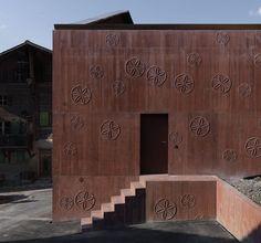 Red pigmented concrete. Valerio Olgiati. Bardill.