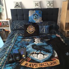 decor pictures New Bedroom! 🦅💙⚡️ So After months of renovating, painting and furnitur. New Bedroom! 🦅💙⚡️ So After months of renovating, painting and furniture making I'm back in my new Ravenclaw Room! I've got a lot to sort… Colchas Harry Potter, Harry Potter Bedroom, Ravenclaw, Casas Estilo Harry Potter, Harry Potter Pictures, Harry Potter Wallpaper, My New Room, Furniture Making, Bedroom Decor
