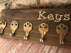 Items similar to Wall Key holder - Customizable key organizer Key holder for wall Made from recycled keys and repurposed pallet wood . customized to taste on Etsy Old Key Crafts, Wooden Crafts, Wood Projects, Woodworking Projects, Diy Key Projects, Diy Storage Shelves, Power Trip, Old Keys, Wall Key Holder