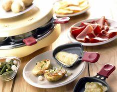 La raclette est sûrement le plat préféré des gourmands au coeur de l'hiver : rassasiant et convivial, facile et rapide à préparer, c'est un immense classique de la cuisine ... Fondue Raclette, Raclette Party, Fondue Party, Classic French Dishes, French Food, Recipies, Food Porn, Menu, Cooking