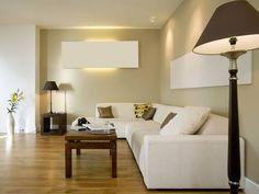 """""""Vkusný a decentní obývací koutek. Šedoolivová stěna spolu s tmavým dřevem působí příjemně, byť není často k vidění. Volba světlé sedačky kout zbytečně nezatěžuje. Ještě trochu barvy – abstraktní obraz místo bílého panelu na zdi nebo barevné polštářky – a dojem by byl naprosto dokonalý."""""""