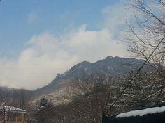 눈쌓인 산위의 푸른하늘