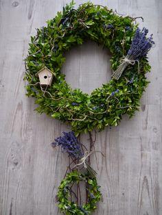 DOMOV...: TVOŘENÍ...LETNÍ VĚNEC Z BUXUSU,LEVANDULE A KROUCENÉ VRBY Summer Decoration, Christmas Wreaths, Xmas, Buxus, Flower Decorations, Grapevine Wreath, Grape Vines, Diy And Crafts, Lavender