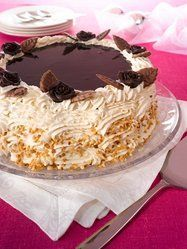 Juhlakakku Resepti: Upea suklaakakku kerää katseet joulunajan kahvipöydissä ja miksei muulloinkin. Suklaakastikeella saa upean kiiltävän pinnan kakulle. - Paljon herkullisia reseptejä!