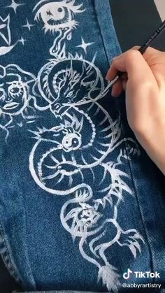 Painted Jeans, Painted Clothes, Fashion Sewing, Diy Fashion, Sewing Clothes, Custom Clothes, Mode Emo, How To Make Clothes, Clothing Hacks