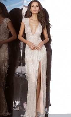 This nude evening gown has a column-shaped silhouette with cap sleeves and a shiftable V neckline that increases thigh height. Art Deco pearls adorn ruffled vests, while metal edges adorn long skirts. Nude Party Dresses, Jovani Dresses, Prom Dresses, Prom Outfits, Formal Dresses, Wedding Dresses, Fringe Skirt, Prom Long, Perfect Prom Dress