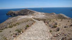 Isla del Sol. Nous avons parcouru le chemin des Incas pour traverser l'île du Soleil sur le lac Titicaca en Bolivie. Ce chemin serpente sur la crête de l'île, une île improbable sur le lac le plus haut du Monde…