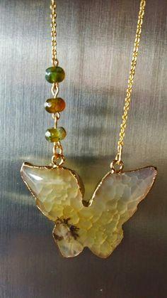 Cadena de oro goldfield con piedras naturales en un lateral y mariposa de agatha amarilla